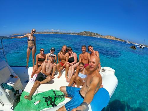 Selfie a bordo durante escursione in gommone nell'Arcipelago di La Maddalena