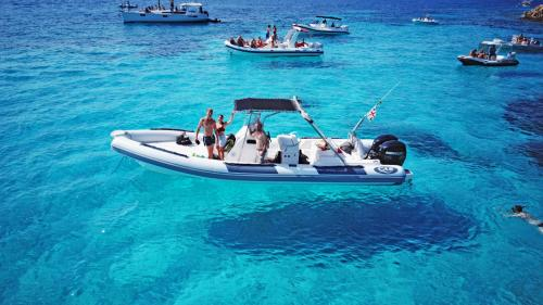 Gommone nelle acque cristalline dell'Arcipelago di La Maddalena