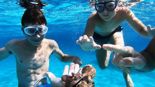 Bambini durante snorkeling nell'Arcipelago di LA Maddalena