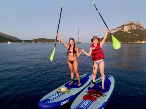 Due ragazze in SUP a Golfo Aranci