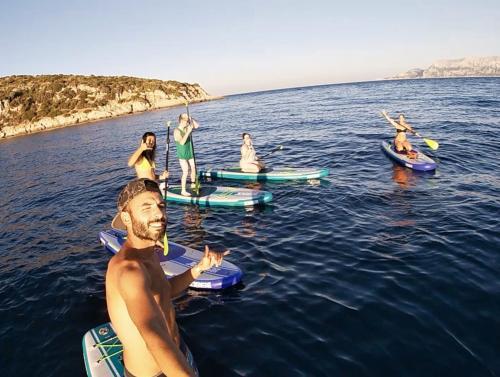 Selfie gruppo di escursionisti in SUP a Golfo Aranci