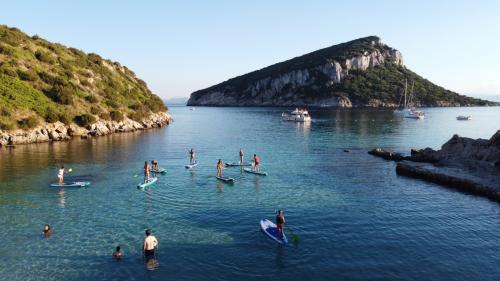 Escursionisti in SUP all'Isola di Figarolo