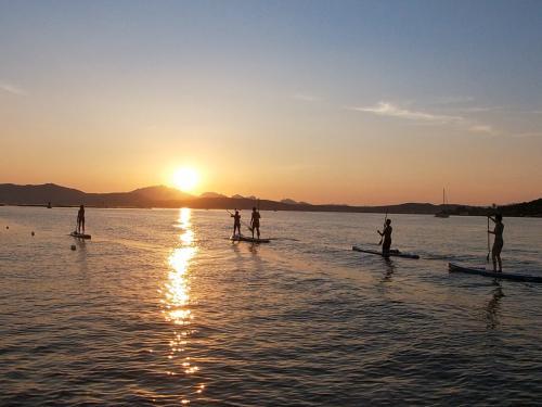 Gruppo in SUP al tramonto a Golfo Aranci