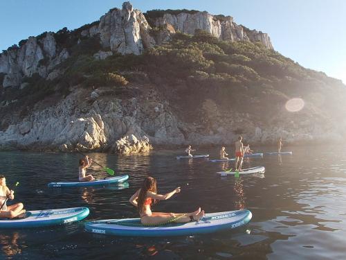 Gruppo di escursionisti in SUP a Golfo Aranci