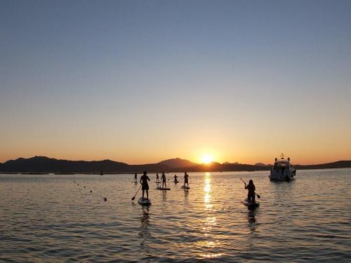 Escursione di SUP al tramonto a Golfo Aranci