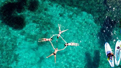 Foto drone bagno escursionisti a San Teodoro durante escursione in SUP