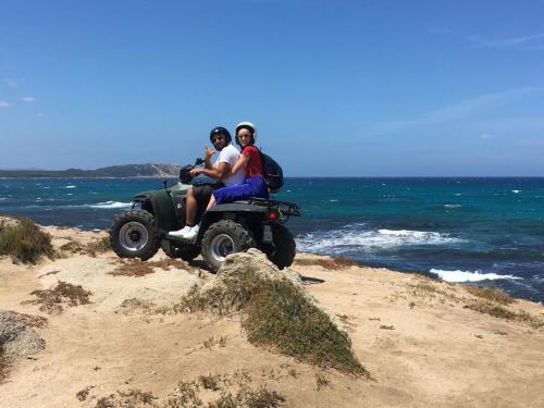Paar Quad-Wanderer an den Stränden von Santa Teresa