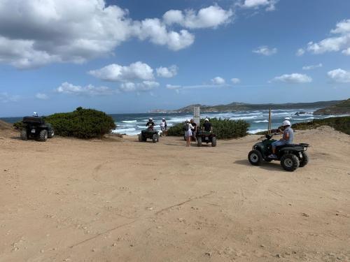 Wanderer auf Quad-Tour in der Promenade von Santa Teresa