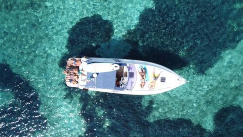 Foto drone escursionisti a bordo di una barca nell'Arcipelago di La Maddalena