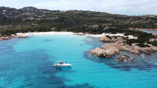 Foto panoramica Spargi e barca nell'Arcipelago di La Maddalena