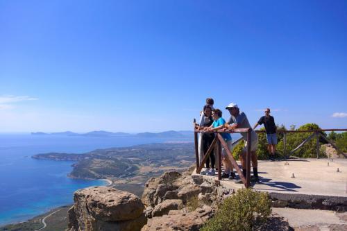 Wanderer mit Blick auf das Panorama des Golfs von Alghero