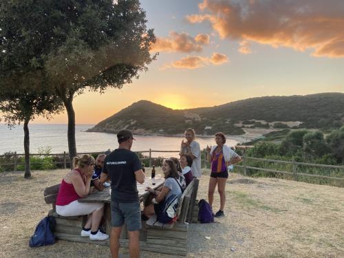 Escursionisti durante il tramonto