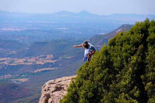 Vater und Sohn bewundern den Blick über den Golf von Alghero