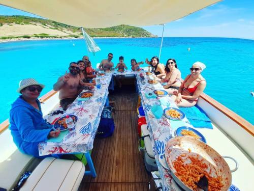 Pranzo a bordo di un gozzo in legno nel Golfo dell'Asinara