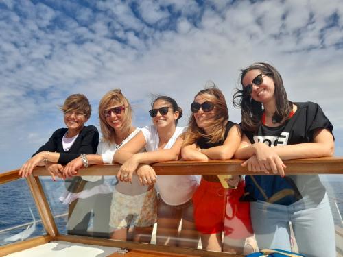 Ragazze a bordo di un gozzo di legno nel Golfo dell'Asinara