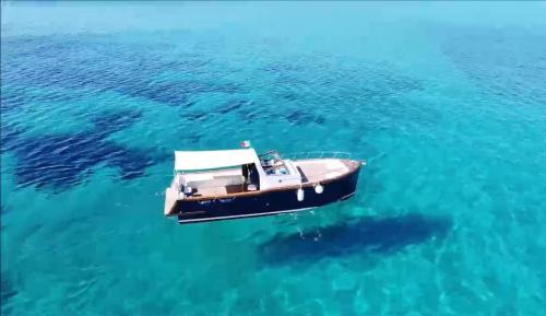Holzboot im blauen Meer