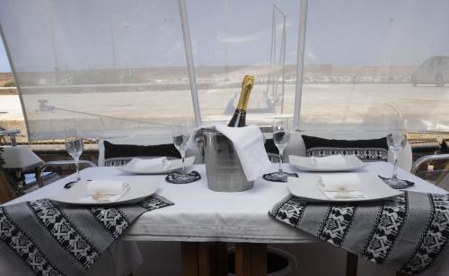 Tavola con champagne yacht di lusso Poltu Quatu