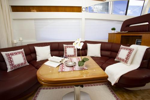 Interno soggiorno Yacht di lusso Poltu Quatu