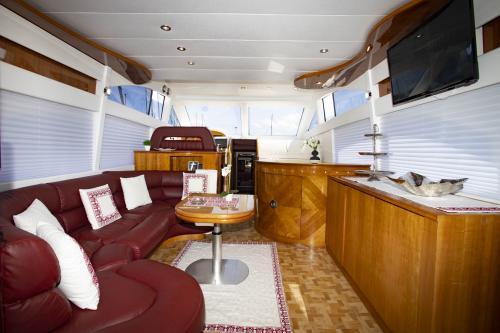 Interno soggiorno e cucina Yacht di lusso Poltu Quatu